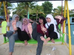 (Kanan ke Kiri) Rizqi, Najwa, Meidy, Emit