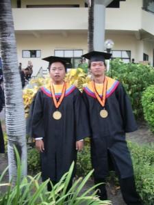 Foto Blur dua orang Idiot
